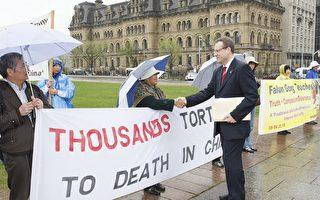 5月7日,加外长出访中国前,加拿大国会议员鲍瑞斯.瑞兹纽科斯基与国会山前请愿的法轮功学员一一握手。(摄影:孙泰利/大纪元)
