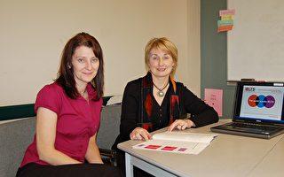 图:雅思考试澳大利亚地区经理奥斯博女士(右)与温市的国际村英语中心雅思考试中心管理员睿沃克兹女士(Lotetta Revoczi) 。(摄影:邱晨/大纪元)