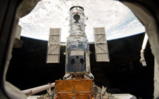 """格林尼治时间5月13日下午,""""亚特兰蒂斯""""号航天飞机的宇航员成功""""捉住""""哈勃太空望远镜。 (Photo NASA via GEtty Images)"""