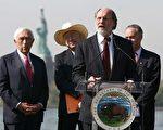 科赞州长在艾丽斯岛致词,内政部长萨拉扎(后排左二)和参议员劳登伯格(后排左一)出席仪式。(州政府提供照片)