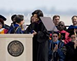 美国加州大学默塞德分校的500名第一届毕业生通过一段互联网视频短片,美国加州大学默塞德分校的学生恳请奥巴马夫人为他们学校的第一届毕业生发表演讲。(David Paul Morris/Getty Images)