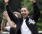 2009年5月16日,美国总统奥巴马一身便装,为小女儿萨莎参加的足球比赛加油。(Brendan Smialowski-Pool/Getty Images)