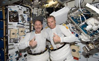 """5月16日,""""亚特兰蒂斯""""号航天飞机上的两名宇航员格伦斯菲尔德和福伊斯特尔进行此次""""维护之旅""""的第三次太空行走,完成了此行难度最高的任务——为哈勃太空望远镜安装新光谱仪。 (Photo NASA via Getty Images)"""