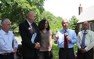 昨日﹐市議員艾維拉(Tony Avella)和新鮮草原社區聯盟﹑皇后郡農場博物館以及部份新鮮草原居民一起呼籲保留克萊英農場。(攝影﹕唐明/大紀元)