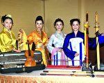 赞助新唐人赛事的冠军宝剑和手工名琴(摄影:黄宗茂/大纪元)