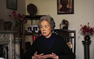 """2009年4月7日,中共军队在天安门广场枪杀抗议的学生二十周年前夕,""""天安门""""母亲丁子霖在家中接见法新社记者马丁。丁的儿子Jiang Jielian被军队无辜枪杀AFP PHOTO/Peter PARKS"""
