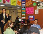昨日,彭博的市长竞选团队在其位于40街的竞选办公室举行了与华语媒体的见面会,图为竞选团队的资深幕僚谭顺熙先生(左一)带领大家参观竞选办公室。(摄影:锺涛∕大纪元)彭博竞选办公室