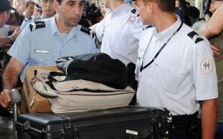 法國航空公司一架客機疑因被雷電擊中而失蹤,機上228人恐已全部罹難。圖為法國負責身份鑑定的憲兵抵達巴黎戴高樂機場。(AFP)