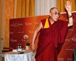 5月31日,达赖喇嘛在丹麦访问期间接见藏、汉、丹民众,图为他结束会见时向大家致意 。(摄影:林达 /大纪元)