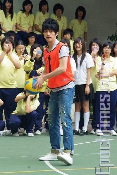 張棟樑前進女校  學生熱情邀約打躲避球