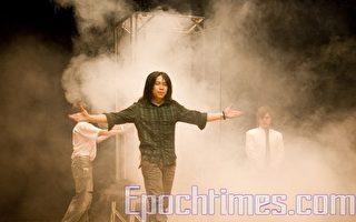 台灣新一代魔術師艾格,表演佈滿神秘煙霧氛圍的大型「霧炫神迷」幻術。(攝影:周美晴/大紀元)