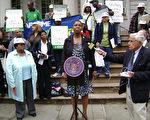6月10日,來自紐約市托兒所的職工、社區代表和工會成員等在市政廳外舉行記者會,強烈抗議市政府取消5歲兒童全日托兒所的提議。(攝影:鍾濤/大紀元)