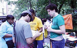 民眾在現場征簽推動紐約州參眾兩院通過傭工權利法案。(攝影﹕黎新∕大紀元)