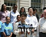纽约移民联盟执行总监洪贞和(Chung-Wha Hong)女士6月15日在市政厅前说,州参议院党派斗争危及有关工人和租客权益政策的改革进程。(摄影:余晓/大纪元)