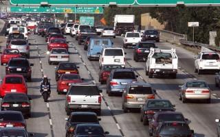 据运输分析公司INRIX最近的一项研究发现,美国是世界上最堵车的发达国家。去年,拥挤的道路使美国司机浪费了价值近3000亿美元的时间和燃油。(GettyImages)