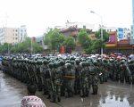 据石首当地人说,现在从一中到山底湖全部是人,挤都挤不动,武警加上荆州地区周边县市的警察差不多有一万人,气氛紧张。(大纪元资料图)