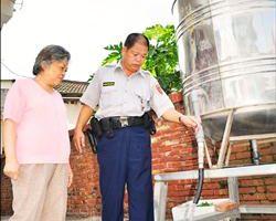 苗栗县联港派出所设立供水站,提供当地居民免费山泉水使用。//自由时报