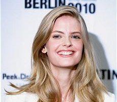 组图:德国超模茱莉亚出席春夏时装周开幕会
