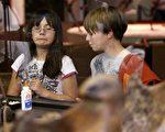 教导孩子辨认霸凌行为、学习保护自己,并且让他们了解,尽管同侪是弱小、长满雀斑或戴着眼镜,都不应该歧视他们,甚至有责任帮助他们融入社交环境。(David McNew/Getty Images)