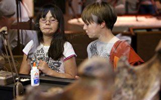 教導孩子辨認霸凌行為、學習保護自己,並且讓他們瞭解,儘管同儕是弱小、長滿雀斑或戴著眼鏡,都不應該歧視他們,甚至有責任幫助他們融入社交環境。(David McNew/Getty Images)