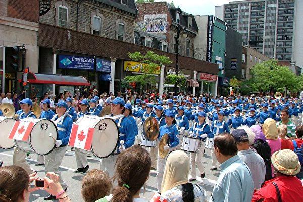 2009年7月1日,法轮大法天国乐团应邀参加蒙特利尔市142届加拿大国庆游行。(摄影:孙妍/大纪元)