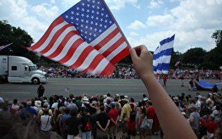 2009年7月4日,来自美国及世界各地的游客在美国首都华盛顿观看了一年一度的独立 日大游行﹐庆祝二百三十三年前美国的诞生。(摄影﹕奚明/大纪元)