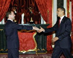 7月6日,俄羅斯總統麥維德夫會見美國總統奧巴馬,兩人握手。(法新社)