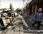中共军警开枪镇压乌鲁木齐示威抗议事件。根据官方公布数据,事件已造成156人死亡、800多人受伤。图为镇压事件后,现场留下被焚毁的汽车残骸。( PETER PARKS/AFP/Getty Images)