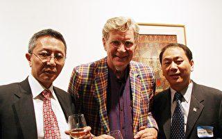 昨日(7月6日)﹐纽约与新泽西藏人及支持者300余人在联合广场附近的藏人之家(Tibetan House)举办酒会﹐庆贺达赖喇嘛诞辰74周年。左起﹕西藏政治评论员贡嘎扎西﹐哥伦比亚大学宗教系教授舒曼(Robert Thurman)﹐达赖喇嘛驻北美代表罗桑念扎。(摄影﹕余晓/大纪元)