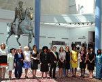 參加G8+G5(五大開發中經濟體)峰會第一夫人團。中為羅馬市長Gianni Alemanno。左二為英國首相布朗夫人莎拉。(法新社)