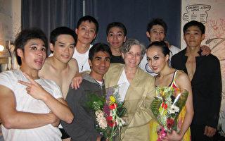 (右起)国际知名舞蹈家许芳宜﹐雅各枕艺术节行政总监Ella Baff﹐编舞家布拉瑞扬及舞蹈团成员合影。(主办单位提供)