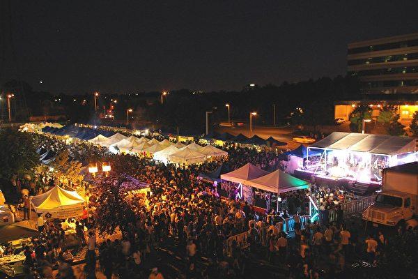 图:夜幕下的2009年多伦多Night It Up! 夜市(摄影:周行/大纪元)