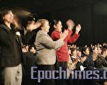 神韻巡迴藝術團在智利聖地亞哥的精彩演出中 ,觀眾激動地起身鼓掌。(攝影:伊羅遜 / 大紀元)