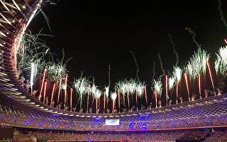 世运开幕式压轴重头戏烟火秀,绚丽的波浪型环跑烟火,在3分钟施放3000发烟火,点亮高雄璀灿光芒,让世界看见台湾。(摄影:罗瑞勋/大纪元)