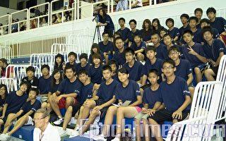 40名南崁高中合球队学生与3位老师,观看比赛并为选手们加油。(摄影:王仁骏/大纪元)