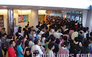 虽然莫拉菲台风带来间歇性风雨,不过民众观赏2009高雄世界运动会的热情依然不减。(摄影:郑亦宸/大纪元)