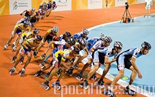 滑轮溜冰竞速赛比赛紧张气氛。(摄影:王仁骏/大纪元)