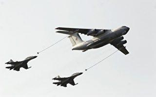 中共军方一架战斗轰炸机7月19日上午在中俄联合演习期间坠毁。上图为2005年8月25日参加中俄第一次联合军事演习的战斗机和加油飞机。(图片来源:Getty Images)