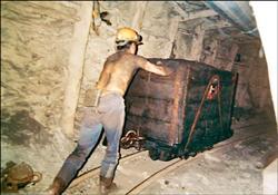 台灣煤層最深達900多公尺,以25度斜率向下開挖,開採區距離超過3公里,還要以人工方式將煤車推到地上。//(黃兩義提供,自由時報)