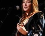 法国第一夫人卡拉-布吕尼-萨科齐(Carla Bruni-Sarkozy) 曼德拉日音乐会上弹吉他献唱。(图/Getty Images)
