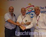 """国际世运总会(IWGA)主席朗佛契(中)与哥伦比亚""""卡利市""""的两位代表Mr.Pascual Guerrero(右)及Mr.Jose Louis Echeverry(左)合影。(摄影:敖曼雄/大纪元)"""