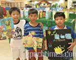 21日現場展示了實小近四年來的兒童手製繪本作品,展出型式相當多元,包括拉拉書、平裝書、立體書、牛奶盒書、地圖書、正方形小書、四頁書、大型書、袖珍書等等。(攝影:黃玉燕/大紀元)