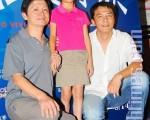 林志儒(左起)、趙祐萱與導演合影。(攝影:簡瑋志/大紀元)