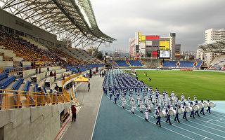 由台灣北中南三地法輪功學員所組成的天國樂團則是引領歷年的台灣田徑金銀牌選手入場。(攝影:吳柏樺/大紀元)