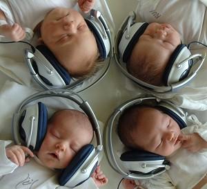 一項新的研究顯示,抒緩的音樂有助於讓瘦弱多病的嬰兒變得健康起來。(法新社)