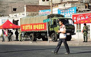 七月十八日,荷槍實彈的中共武警依然部署在烏魯木齊街道上。(AFP)