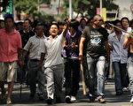 7月7日,一群手持棍棒、铁锹的汉人在新疆乌鲁木齐街道上。(法新社)
