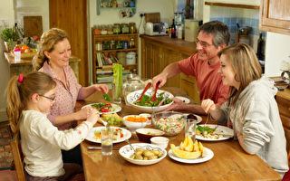 和孩子一起拥有晚餐的美好时光