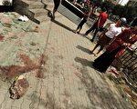 中共军警开枪镇压乌鲁木齐示威抗议事件。根据官方公布数据,事件已造成156人死亡、800多人受伤。图为镇压事件后,现场留下的斑斑血迹。( PETER PARKS/AFP/Getty Images)