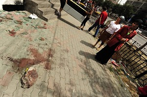 中共軍警開槍鎮壓烏魯木齊示威抗議事件。根據官方公布數據,事件已造成156人死亡、800多人受傷。圖為鎮壓事件後,現場留下的斑斑血跡。( PETER PARKS/AFP/Getty Images)